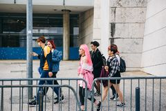 Portugal, Lisboa 29 de abril de 2018: la compañía de amigos o grupo de personas o los niños o los adolescentes camina abajo por l Fotografía de archivo libre de regalías