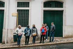Portugal, Lisboa, o 10 de abril de 2018: Povos no transporte de espera da parada do ônibus Vida urbana ordinária Foto de Stock