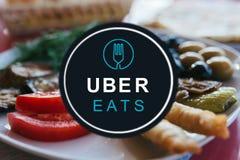 Portugal, Lisboa, o 16 de junho de 2018: o UBER come o logotipo Uma empresa popular para a entrega do alimento em casa e nos escr Foto de Stock