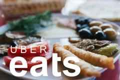 Portugal, Lisboa, o 16 de junho de 2018: o UBER come o logotipo Uma empresa popular para a entrega do alimento em casa e nos escr Fotos de Stock Royalty Free