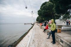 Portugal, Lissabon 30 april 2018: dijk met openbare verbetering en kabelbaan of ropeway Voetstraat en stock afbeeldingen