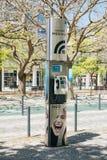 Portugal Lissabon 29 april 2018: offentlig telefon eller payphone och wifi Arkivbilder