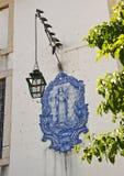 Portugal, Lissabon Beeld van Heilige Louise op de voorgevel van ho stock fotografie