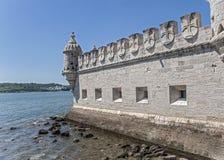 Portugal, Lissabon, ein verstärktes errichtendes Fort auf dem Damm lizenzfreie stockbilder