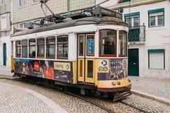 Portugal Lissabon, 01 Juli 2018: En traditionell gul spårvagn för gammalmodig tappning som fortskrider stadsgatan av Lissabon Fotografering för Bildbyråer