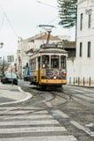 Portugal Lissabon, 01 Juli 2018: En traditionell gul spårvagn för gammalmodig tappning som fortskrider stadsgatan av Lissabon Royaltyfria Foton