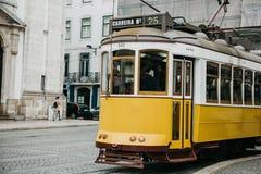 Portugal Lissabon, 01 Juli 2018: En traditionell gul spårvagn för gammalmodig tappning som fortskrider stadsgatan av Lissabon Arkivbild