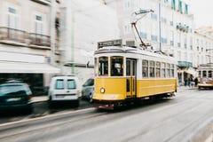 Portugal Lissabon, 01 Juli 2018: En traditionell gul spårvagn för gammalmodig tappning som fortskrider stadsgatan av Lissabon Arkivfoton