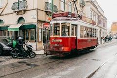 Portugal Lissabon, 01 Juli 2018: En traditionell röd spårvagn för gammalmodig tappning som fortskrider stadsgatan av Lissabon Royaltyfria Foton