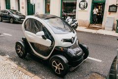 Portugal Lissabon, Juli 01, 2018: Parkeras den moderna kompakta begreppsmässiga ekologiska bilen för Renault ` s på en stadsgata Fotografering för Bildbyråer