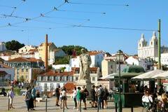 PORTUGAL, LISSABON - JUNI 25, 2018: Het standbeeld van Saovicente in Miradour stock afbeelding