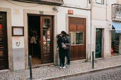 Portugal, Lissabon, 1 Mei, 2018: Jonge Afrikaans-Amerikanen of Afrikanen zijn een kerel en een meisje die op een stadsstraat kuss royalty-vrije stock fotografie