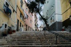 Portugal lizbońskiego Kamienni schodki z poręczami wśród colourful starych domów w Alfama okręgu fotografia stock