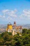 Panorama do palácio nacional de Pena acima da cidade de Sintra Fotografia de Stock Royalty Free