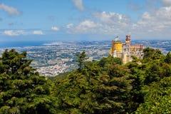 Panorama do palácio nacional de Pena acima da cidade de Sintra Foto de Stock