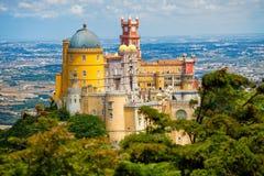 Panorama do palácio nacional de Pena acima da cidade de Sintra Fotos de Stock Royalty Free
