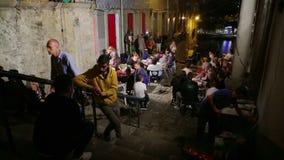 Portugal Oporto 10 de octubre de 2018: Los Locals celebran en la noche al día de fiesta tradicional, en la calle Stedes Codecal d metrajes