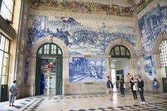 Portugal porto: gammal järnväg station, azulejos Royaltyfria Bilder
