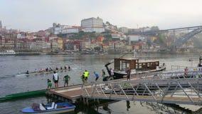 Portugal Porto 10 Oktober 2018: Lokaler firar på natten per traditionell ferie, på gatan Stedes Codecal douro arkivfilmer