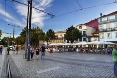 Portugal porto Sierpień 12, 2017: Obciosuje z brukowa baru i podłoga tarasami ludzie pije w centrum miasto pełno Obrazy Royalty Free
