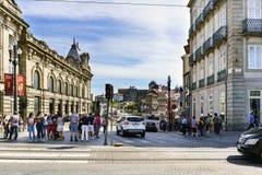Portugal porto Sierpień 12, 2017: Plac De Almeida Mansarda w centrum Portugalia, z façade sławny San Benito tra zdjęcie stock