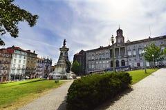 Portugal porto Sierpień 12, 2017: Widok ogród niemowlaków Dom Enrique z jego statuą i pałac fasada neocla Zdjęcia Stock