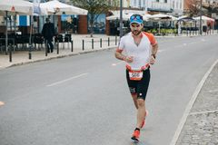Portugal, Setubal, am 8. April 2018: Triathlonwettbewerbe Ein Berufs-triathlonist nimmt am Wettbewerb teil stockfoto