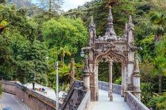 portugal sintra Dekorerad neo-gotisk ingång till Regaleiraen Royaltyfria Bilder