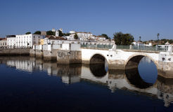 Portugal, Tavira, Algarve, alte römische Brücke Stockbild