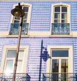 Portugal tradicional telhou a parede da construção Imagem de Stock Royalty Free