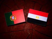 Portugalczyk flaga z egipcjanin flaga na drzewnym fiszorku Obraz Stock
