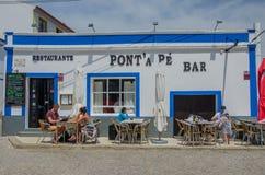 PORTUGALIA, KWIECIEŃ - 2017: Lunchu czas w Restaurante Ponta Pe barze w Kwietniu 19, 2017, lokalizować w Aljezur, Portugalia Obrazy Stock