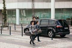Portugalia, Lisbon 29 2018 Kwiecień: dzieci, dzieciaki lub nastolatkowie chodzą puszek ulicą z jeździć na deskorolce Fotografia Royalty Free