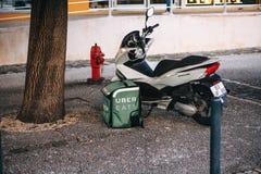 Portugalia, Lisbon 29 2018 Kwiecień: Karmowy doręczeniowy Uber je Motocykl na ziemi i kosz jedzenie który mówi Uber Zdjęcia Stock