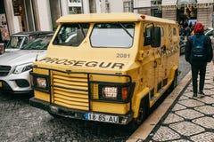 Portugalia, Lisbon, Kwiecień 10, 2018: Opancerzony samochód dla bezpiecznej dostawy pieniądze bank Encashment transport zdjęcia royalty free