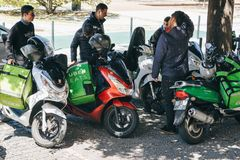 Portugalia, Lisbon 29 2018 Kwiecień: pracownicy Uber Jedzą na hulajnoga dostarczają jedzenie klienci Obrazy Royalty Free