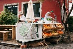 Portugalia, Lisbon 29 2018 Kwiecień: Uliczna sprzedaż świezi soki i jarski jedzenie Ulica handel Fotografia Stock