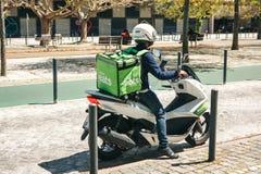 Portugalia, Lisbon 29 2018 Kwiecień: pracownik Uber Je na hulajnoga dostarcza jedzenie klienci Obrazy Royalty Free