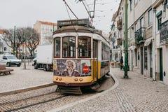 Portugalia, Lisbon, 01 2018 Lipiec: Staromodnego rocznika tradycyjny żółty tramwajowy chodzenie wzdłuż miasto ulicy Lisbon Obrazy Stock