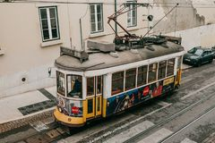 Portugalia, Lisbon, 01 2018 Lipiec: Staromodnego rocznika tradycyjny żółty tramwajowy chodzenie wzdłuż miasto ulicy Lisbon Zdjęcie Stock