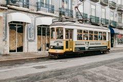 Portugalia, Lisbon, 01 2018 Lipiec: Staromodnego rocznika tradycyjny żółty tramwajowy chodzenie wzdłuż miasto ulicy Lisbon Zdjęcia Stock