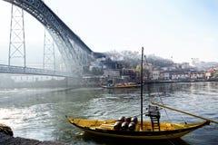 Portugalia Porto, PAŹDZIERNIK, - 06, 2016: stare Rabelo łodzie z wino baryłkami tradycjonalnie używali dla transportu port dalej Fotografia Royalty Free