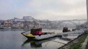 Portugalia Porto 10 2018 Październik: Tradycyjni portuguese statki dla odtransportowywać wino Porto Na Douro rzece zbiory wideo