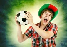 Portugalski fan głośno krzyczy na Brazylijskim koloru tle Fotografia Stock
