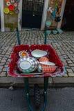 Portugalski pchli targ Wheelbarrow, naczynia & fotografia royalty free