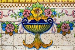 Portugalskie tradycyjne płytki Azulejo z wzorem przy fasadami w starym w centrum Porto Fotografia Royalty Free
