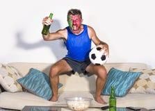 Portugalskiego mężczyzna szczęśliwego i z podnieceniem dopatrywania futbolowy dopasowanie na TV odświętności zwycięstwa bramkowy  obraz royalty free
