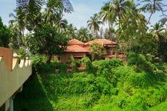 Portugees-stijlhuis met een leidak en een brug over het ravijn Candolim, Goa, India Stock Foto's