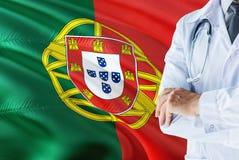 Portugese Arts die zich met stethoscoop op de vlagachtergrond van Portugal bevinden Het nationale concept van het gezondheidszorg stock afbeelding