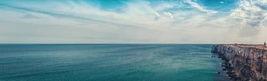 Portugese kust - Klip in de Atlantische Oceaan Royalty-vrije Stock Afbeeldingen
